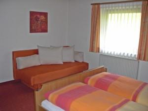 Zimmer mit Fenster - Ferienwohnung A